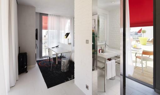 Progettato da Philippe Starck, il Mama Shelter di Istanbul è un hotel dall'ambientazione ricercata e dai prezzi contenuti, caratterizzato da un design ludico e da ambienti caldi e informali. Il carattere underground è accentuato dalle pareti che delimitano l'ambiente bagno, realizzate in mattoni dipinti di bianco, nel quale trova posto un arredo essenziale e contemporaneo.