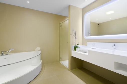 All'omogeneità cromatica di pavimenti e rivestimenti fanno da contraltare lavabi, docce e vasche bianchi.