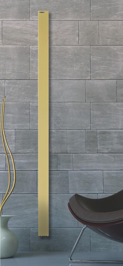Oro che riluce spalmato su 8 cm d larghezza per un'altezza di 180 cm. Sbarra V è scalda salviette e calorifero al contempo e si può posizionare dove le esigenze di spazio impongono la laboriosa sfida dello sfruttamento di ogni millimetro. Con un grande potere calorico, nonostante l'esigua superficie, è collocabile sia verticalmente che orizzontalmente. Di Brem.
