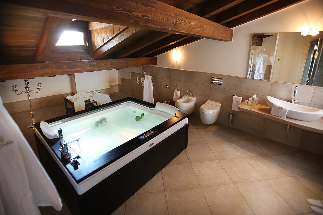 La vasca idromassaggio diventa romantica area - Vasca in camera ...