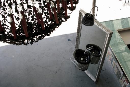 Secjo di Altamarea è costituito da un lavabo integrato a un grande specchio dalla cornice decorata, con supporto a scomparsa che ne permette l'inclinazione e lo rende autoportante. La verniciatura dorata o argentata sulla pasta di legno della cornice crea un effetto luce sfarzoso, esaltato dalla lampada in tessuto plissé e il porta salviette integrato al secchio. Design Giorgio Soressi.