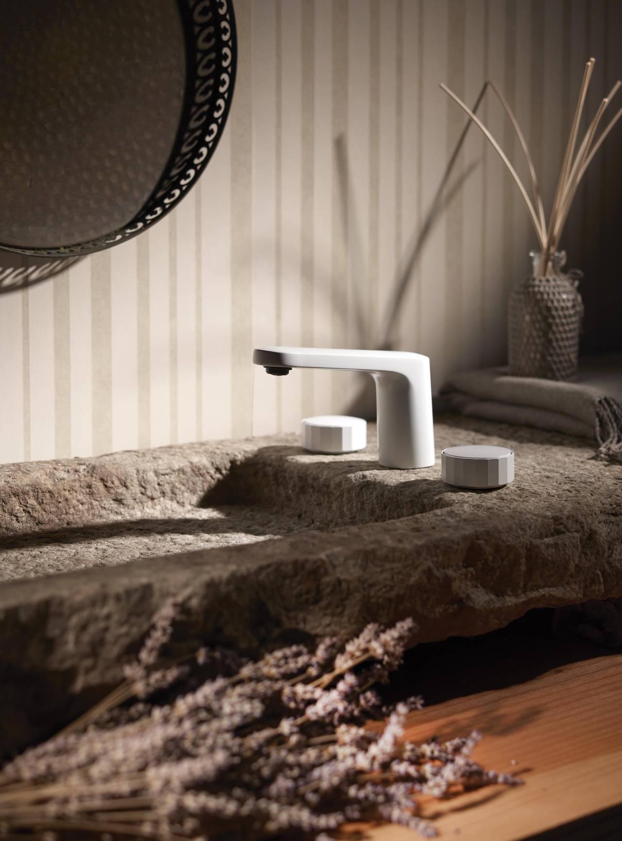 Miscelatore lavabo 3 fori della collezione Texture di FIMA Carlo Frattini firmata Meneghello Paolelli Associati con texture (V) Vertical, contraddistinta dal rigore geometrico di un poligono a 19 facce, in finitura Bianco Opaco.