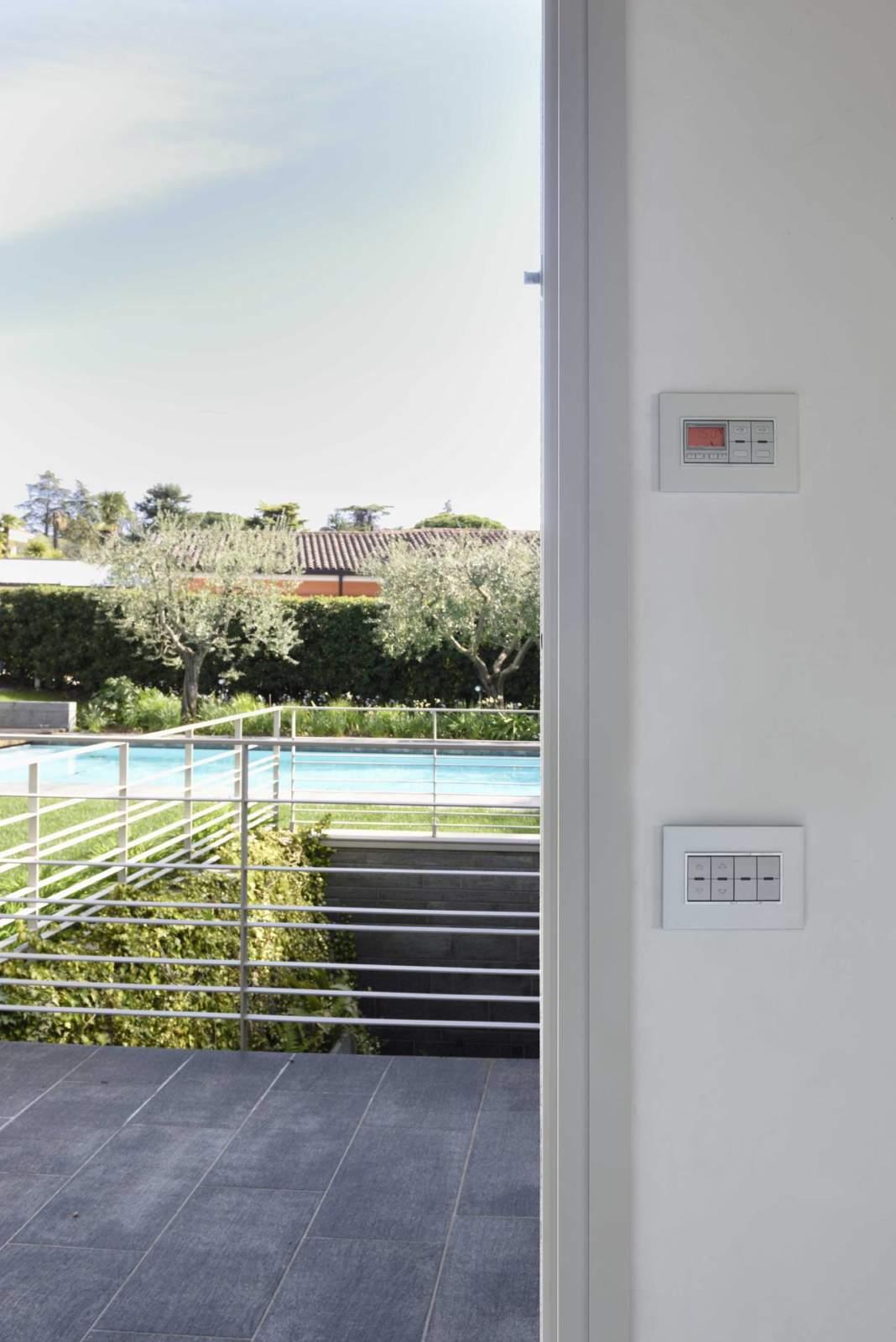 Vimar per una villa privata sul lago di garda area for Piani di casa sul lago per lotti ripidi