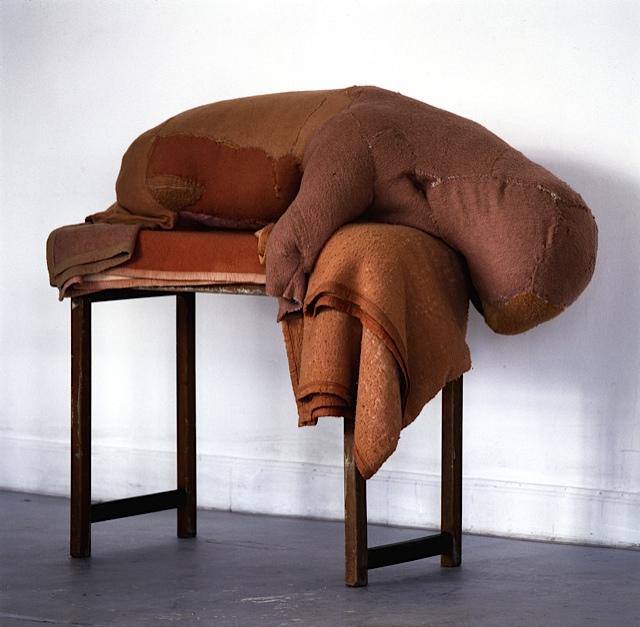 Berlinde De Bruyckere, Animal, 2003, coperte, lana, legno, 135 x 75 x 152 cm Courtesy AGIVERONA Collection, GALLERIA CONTINUA, San Gimignano / Beijing / Les Moulins / Habana