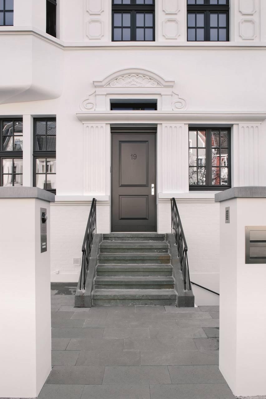 Il design e la manifattura della nuova porta realizzata dal serramentista, con la cerniera a scomparsa totale, si armonizzano alla perfezione con lo stile della villa storica.