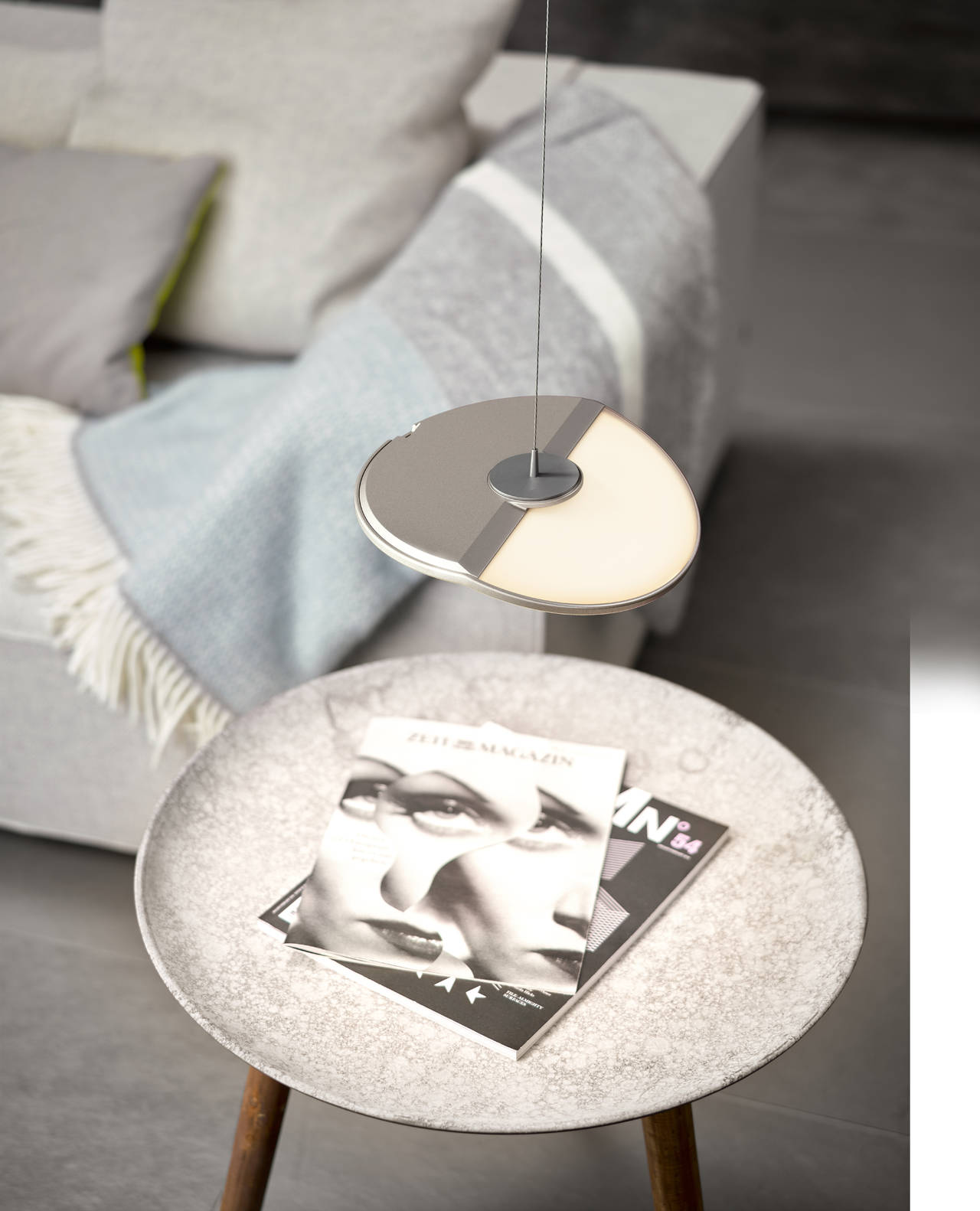 L'utente può decidere in quale punto del soffitto posizionare Gravity CL, per creare ad esempio una soluzione di illuminazione personalizzata per un tavolino (photo by Frank Ockert)