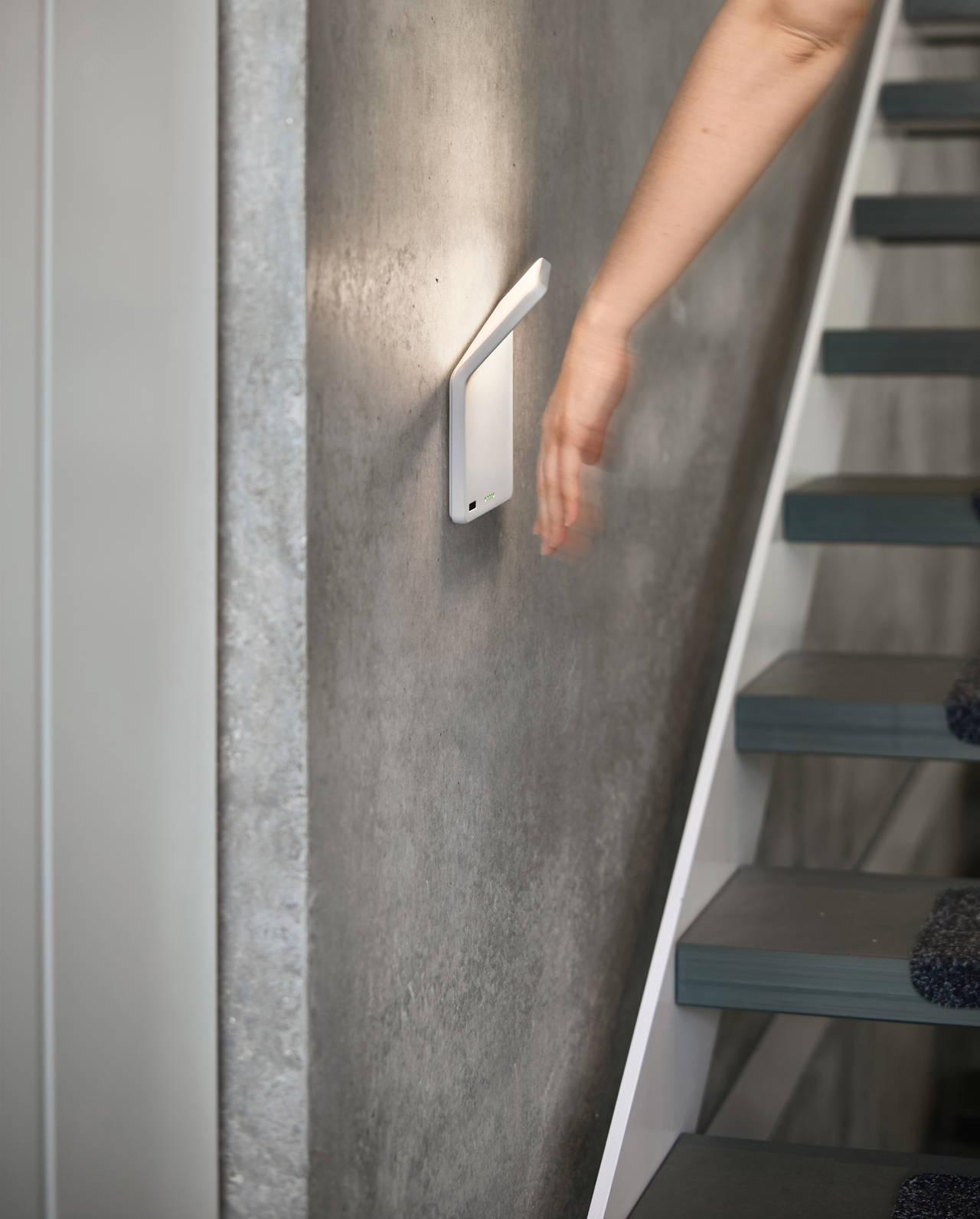 Winglet CL è dotata di un controllo gestuale. Il diffusore emette un fascio di luce anche in direzione della parete, offrendo un'illuminazione in grado di creare un'atmosfera piacevole sulle scale (photo by Frank Ockert)
