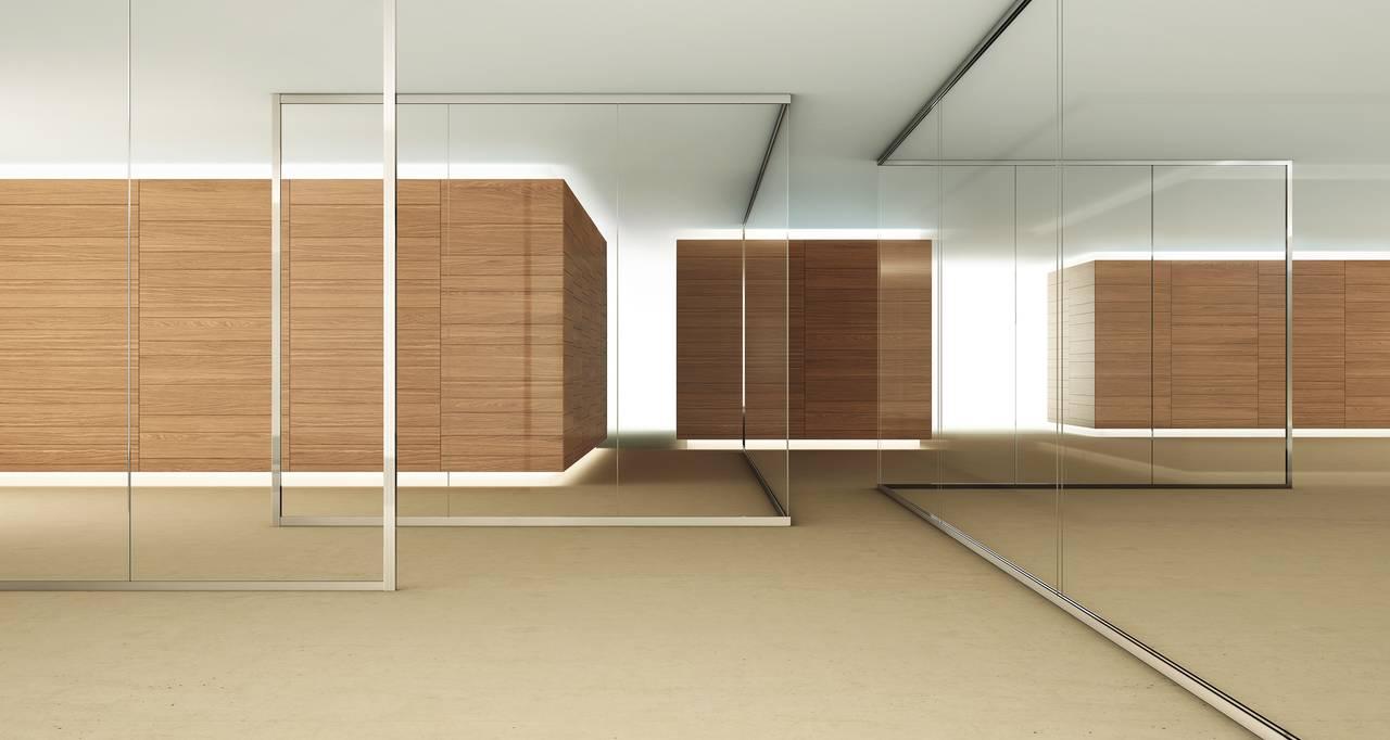Trasparenza totale, sobrietà, per spazi ampi e luminosi. Profili strutturali sottili, giunzioni ridotte in alluminio, policarbonato o semplicemente unite con biadesivo.