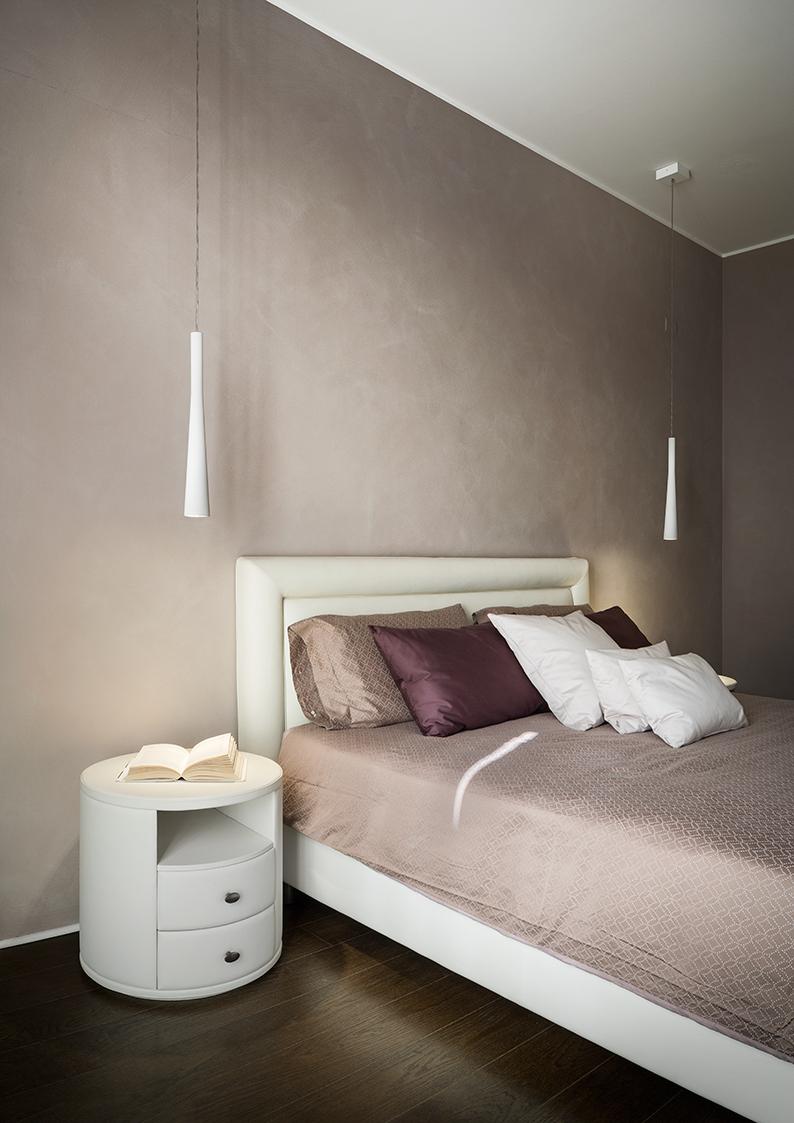 Nella camera da letto padronale, l'attenzione viene subito catturata dalla forma inconfondibile di FUNNEL, apparecchio illuminante a sospensione, dotato di lampada a LED dimmerabile ad altissima efficienza
