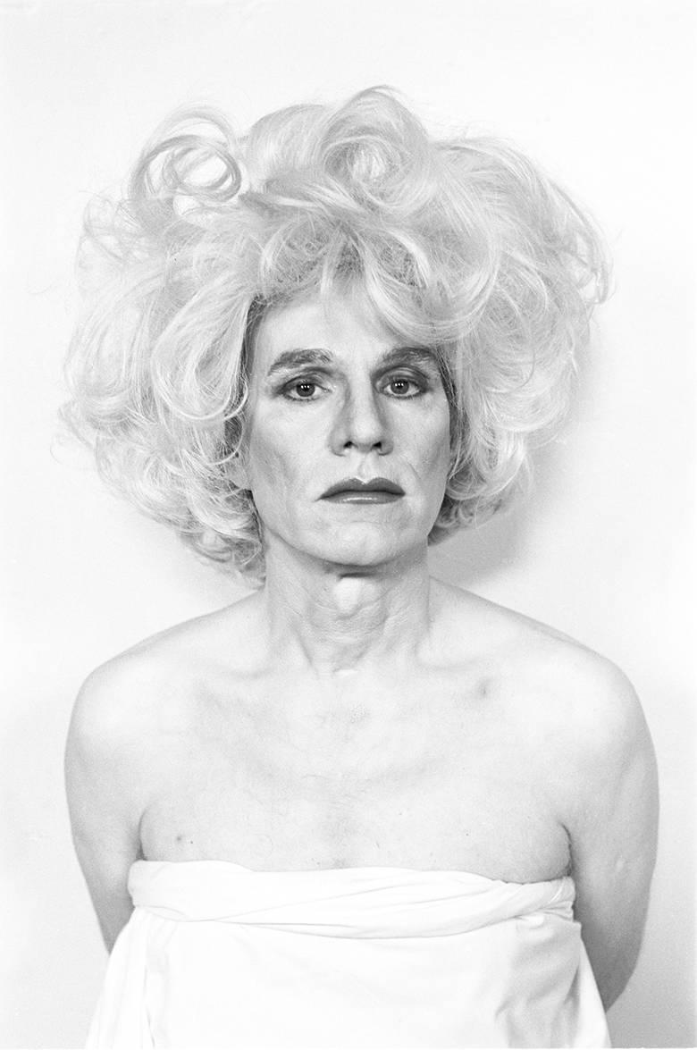 Christopher Makos, Altered Image, 1981, stampe digitali. Collezione privata. Con il suo presenzialismo sulla scena culturale di New York, a feste Warhol ha dato forma alla relazione fra arte, moda e celebrità che conosciamo oggi. Questo concetto è rappresentato dalla celebre installazione Altered Images di Christopher Makos.