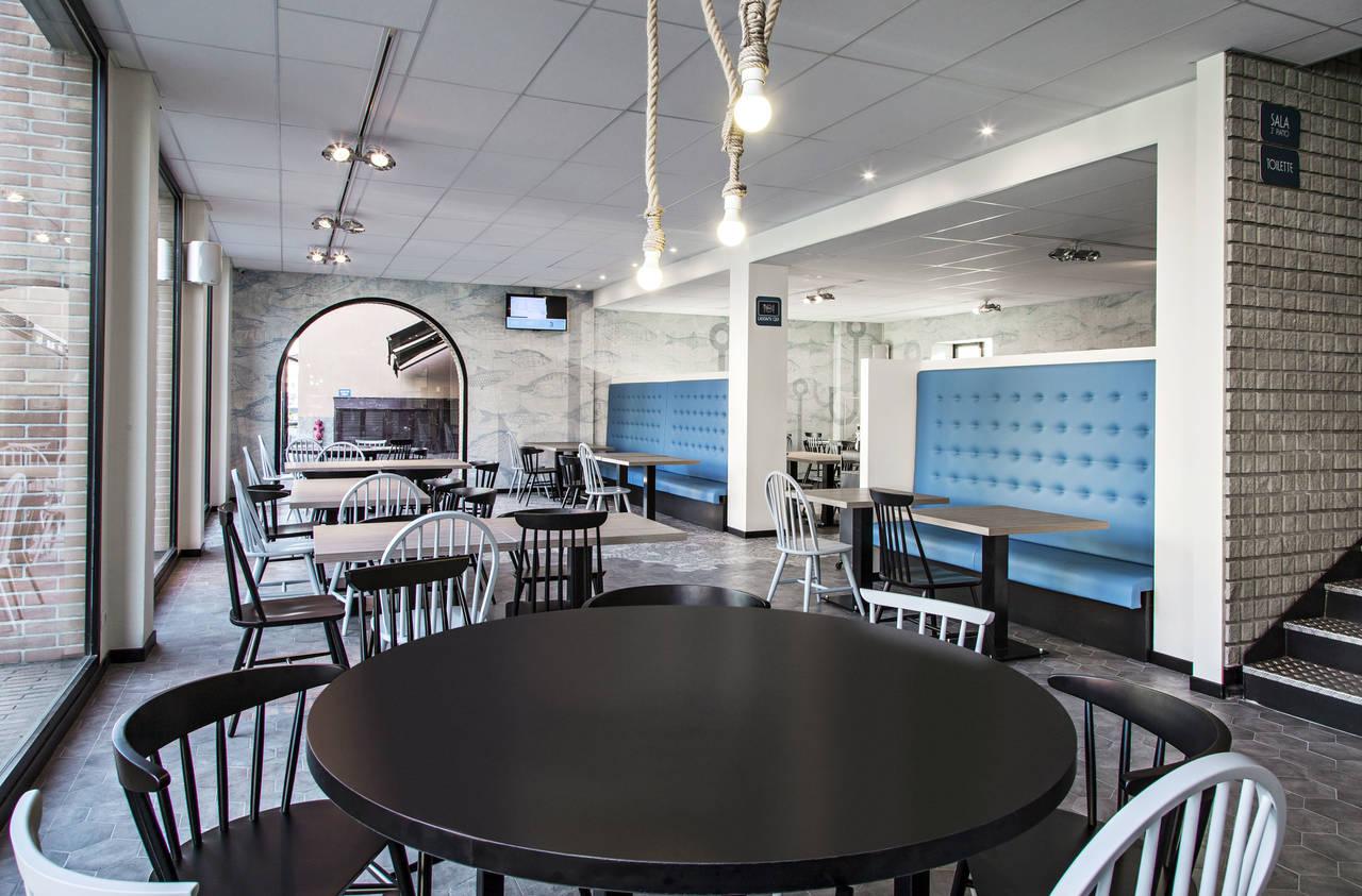 Il mare protagonista inkiostro bianco per il ristorante bluefish