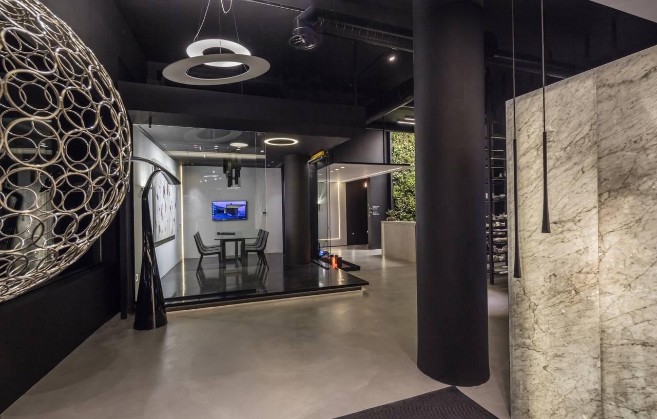 Suggestione scenica per l'ingresso dello showroom grazie ai prodotti Fylo+ e Gypsum della collezione Architectural Lighting