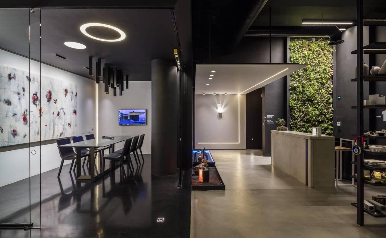 I profili luminosi Paseo vanno a creare una linea continua che si snoda a parete e a soffitto senza interruzioni visibili