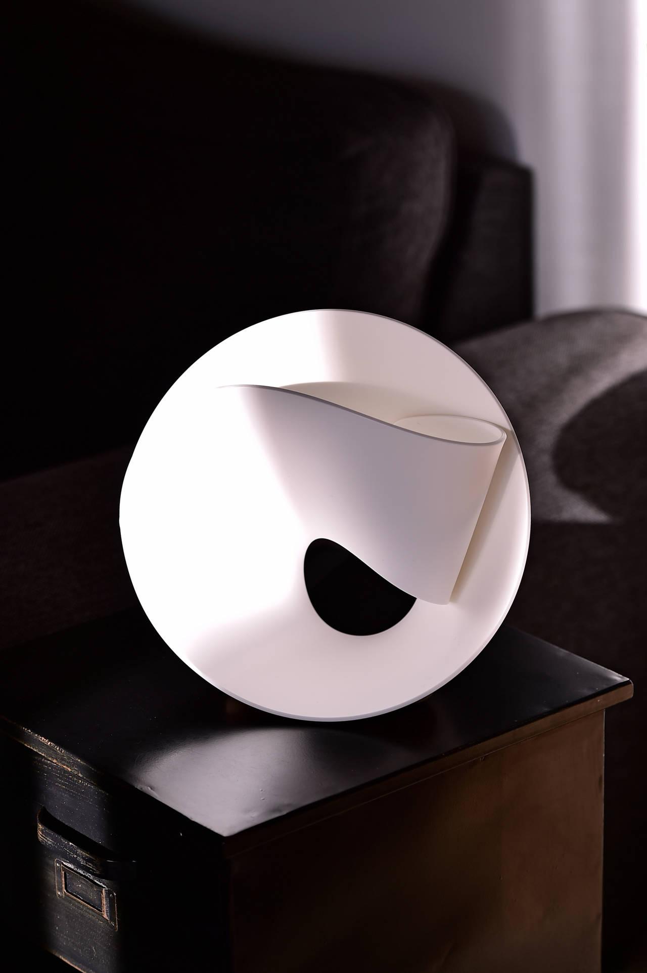tulip la lampada realizzata in hi macs da pierre cabrera. Black Bedroom Furniture Sets. Home Design Ideas