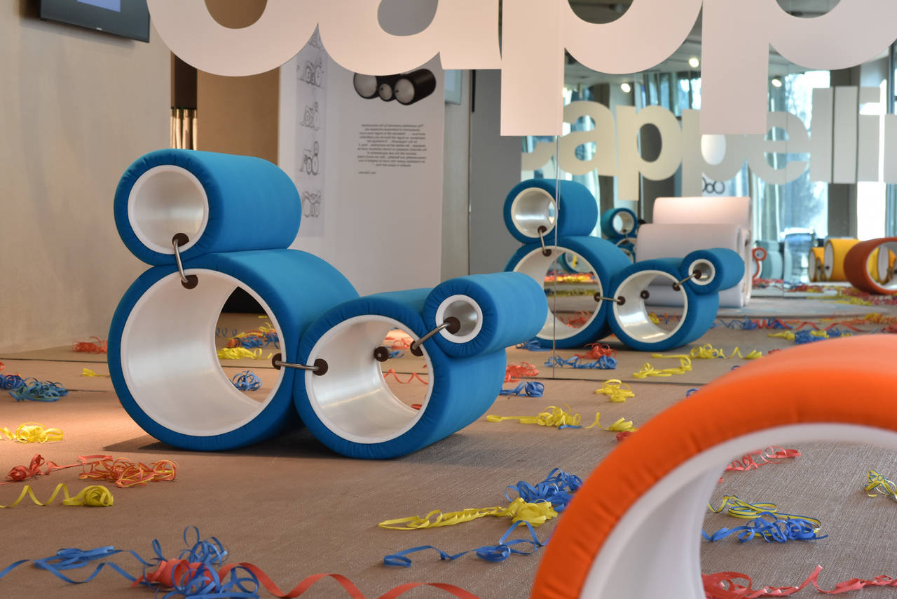 Showroom Cappellini di Parigi con la riedizione della famosissima Tube Chair di Joe Colombo