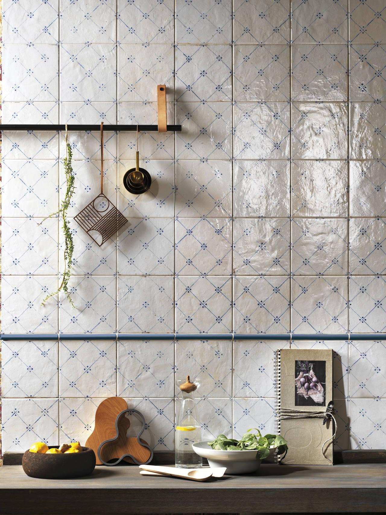 Parete di ambiente cucina realizzata con Firenze Heritage Maiolica Blu e finitura Brillante