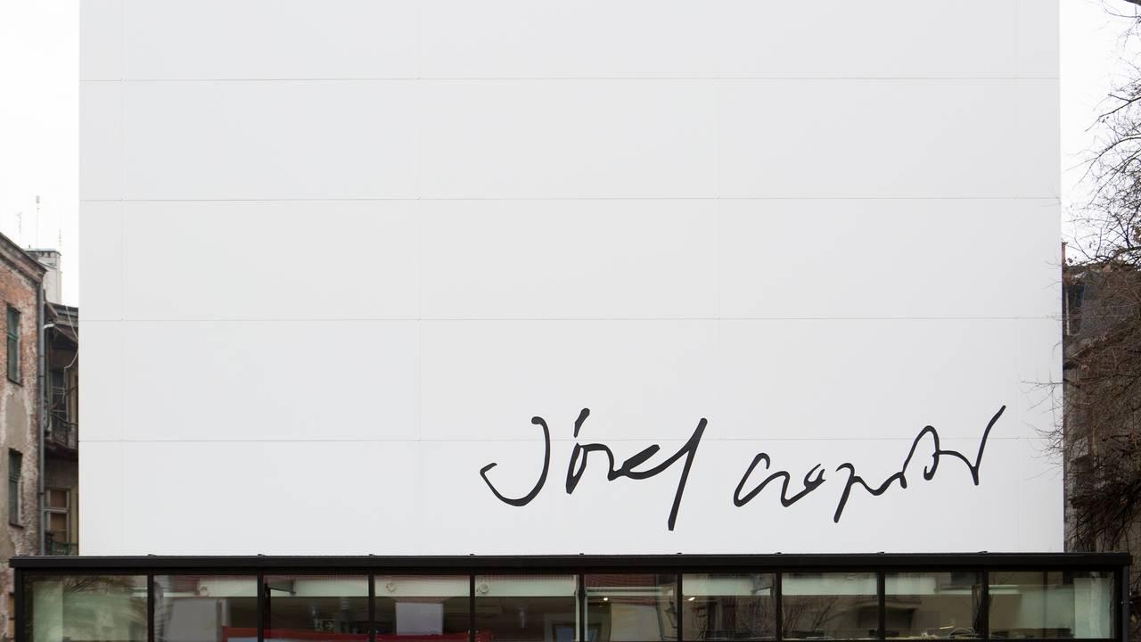 Padiglione Josef Czapski con una facciata ventilata realizzata con la tecno-superficie Du Pont Corian