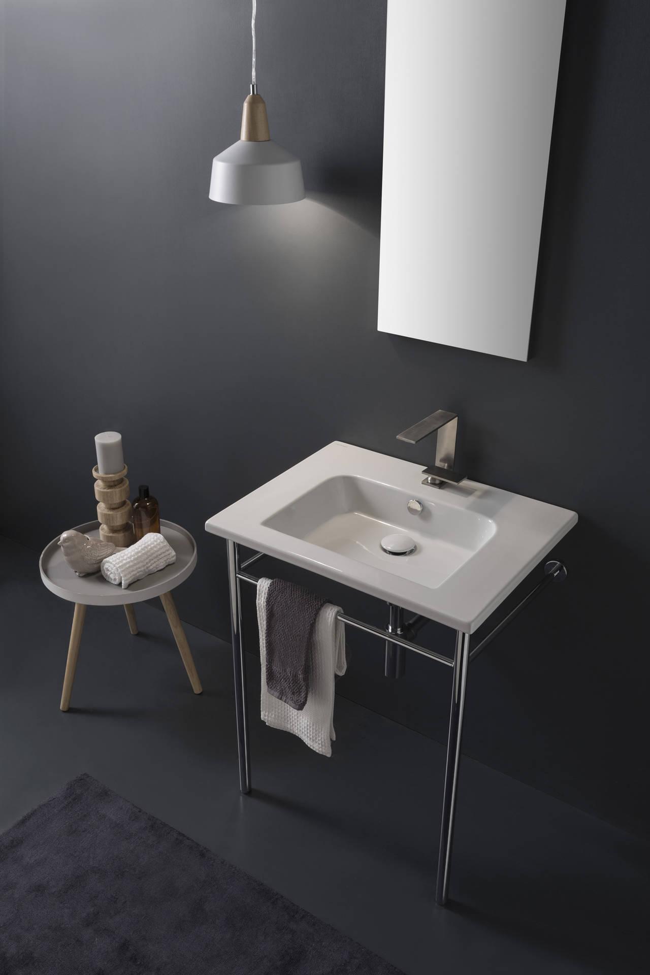 Predisposti per rubinetteria monoforo, e su richiesta per rubinetteria tre fori o senza per rubinetteria da parete, i lavabi Etra vengono proposti nella versiona sospesa