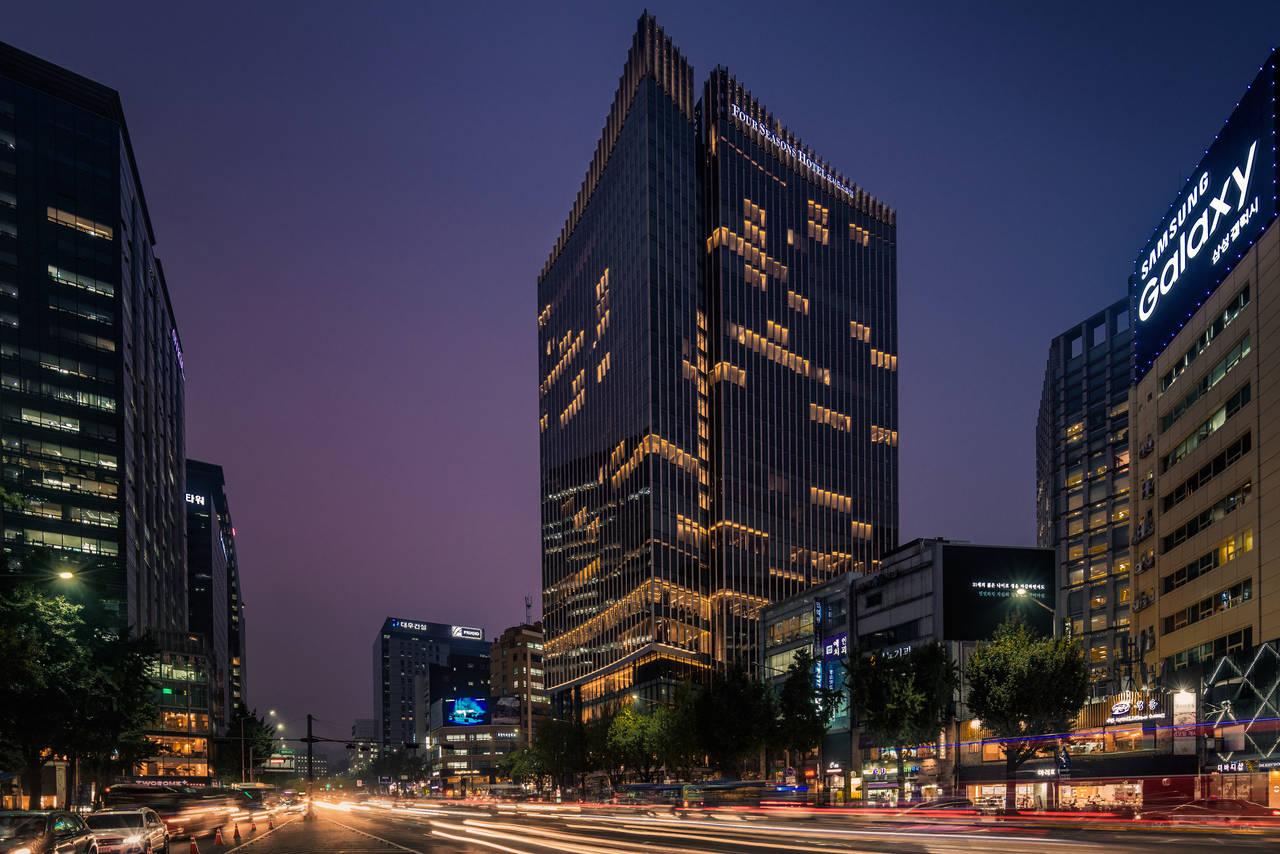 Location eccezionale: nel cuore di Seoul, a pochi passi dai quartieri alti e dalle attrazioni storiche, è stato recentemente inaugurato il nuovo Four Seasons Hotel di Seoul
