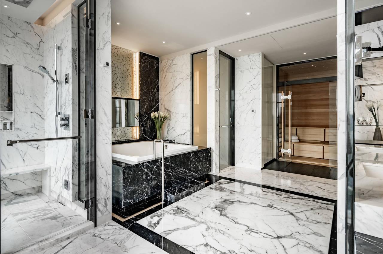 L'attenzione per il design del Four Seasons Hotels di Seoul è particolarmente evidente nella suite presidenziale. Materiali pregiati come il marmo e la vasca Conopool di Kaldewei realizzata nel pregiato acciaio smaltato garantiscono un soggiorno all'insegna del lusso