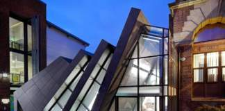 Un bancone scultoreo in Hi-macs per l'Ashton College di Manchester