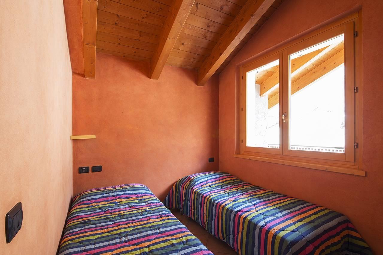 Ambiente notte con parete realizzata con la collezione Pastellone 2.0 di Elekta, nella finitura Terra di Francia 83.