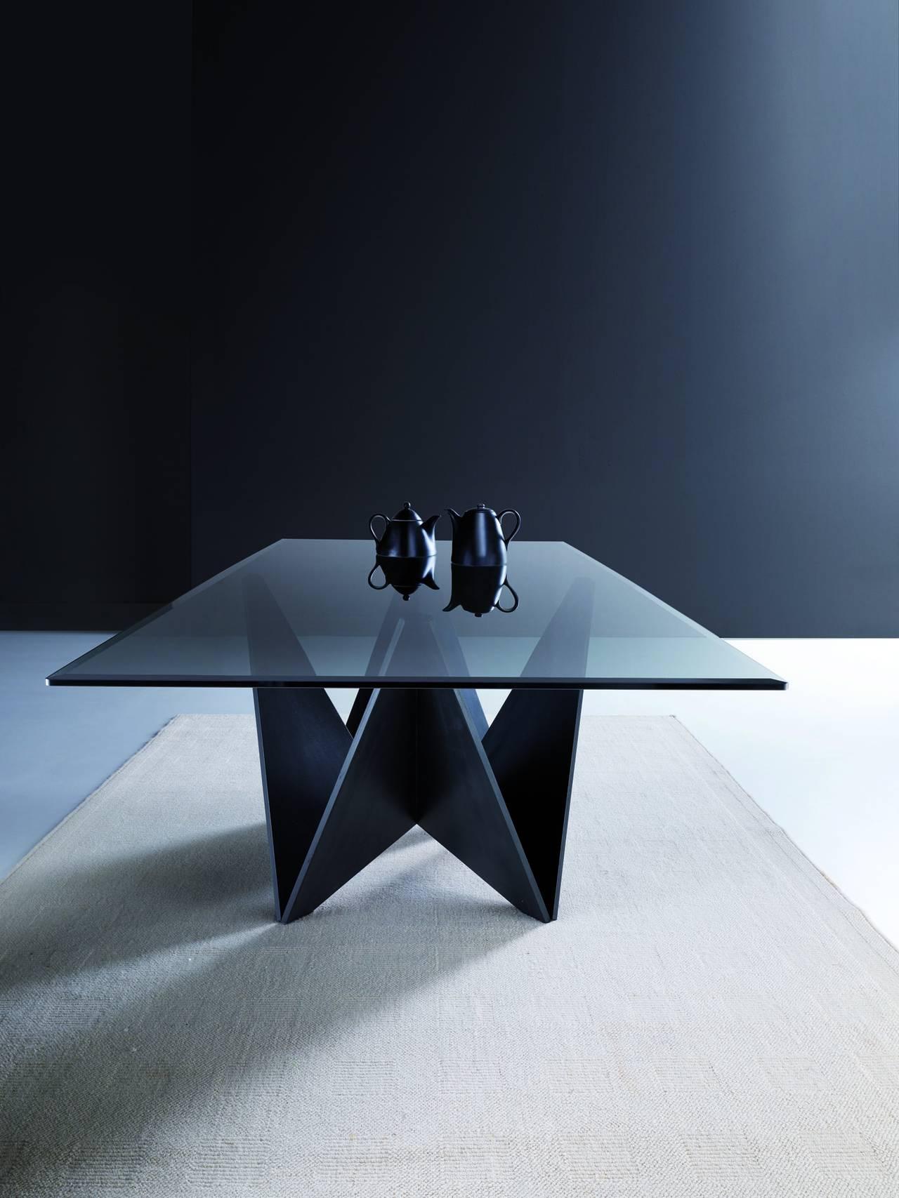 Tavolo Origami con piano in vetro fumé bisellato