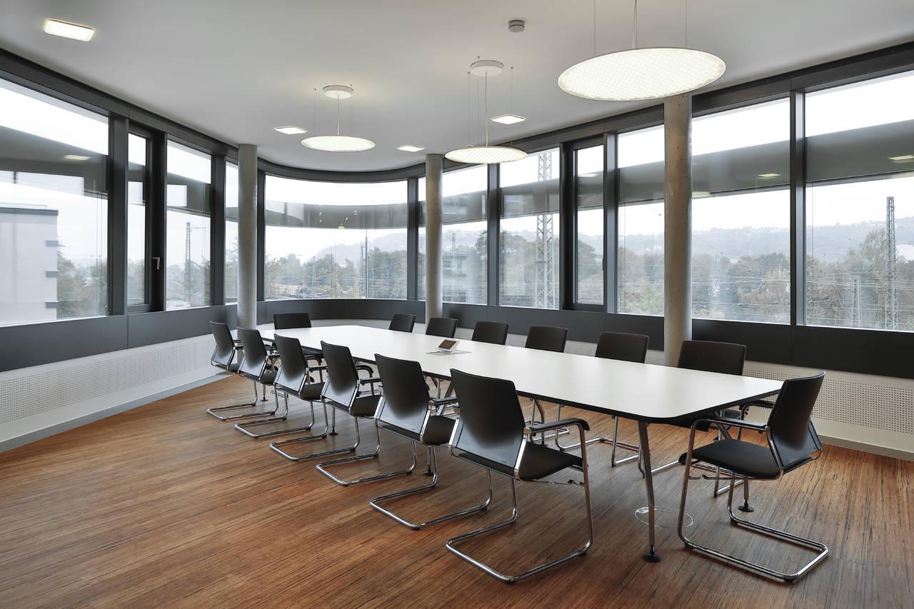 Anche le sale riunioni dalle dimensioni generose sono illuminate grazie alle soluzioni Modul R Project (©Martin Duckek)