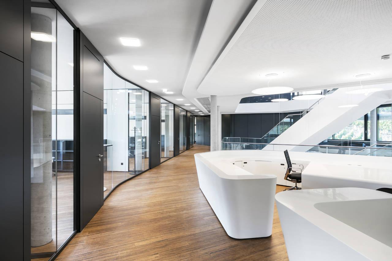 La reception e i corridoi sono illuminati grazie alle lampade Modul Q Project, in grado di funzionare senza bisogno di interruttori (©Nicolay Kazakov)