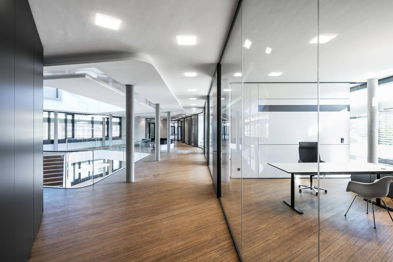 Appena qualcuno entra nell'ufficio la lampada da terra Force One Power si attiva immediatamente, seguita dalle soluzioni a soffitto Modul Q Project (©Nicolay Kazakov)