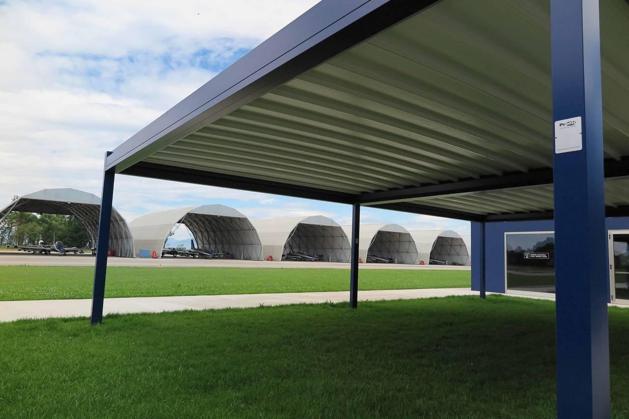 Opera e Rialto, le due pergole progettate e realizzate da Pratic, entrano nella base aerea di Rivolto, storica sede militare delle Frecce Tricolori, nell'inedita colorazione blu