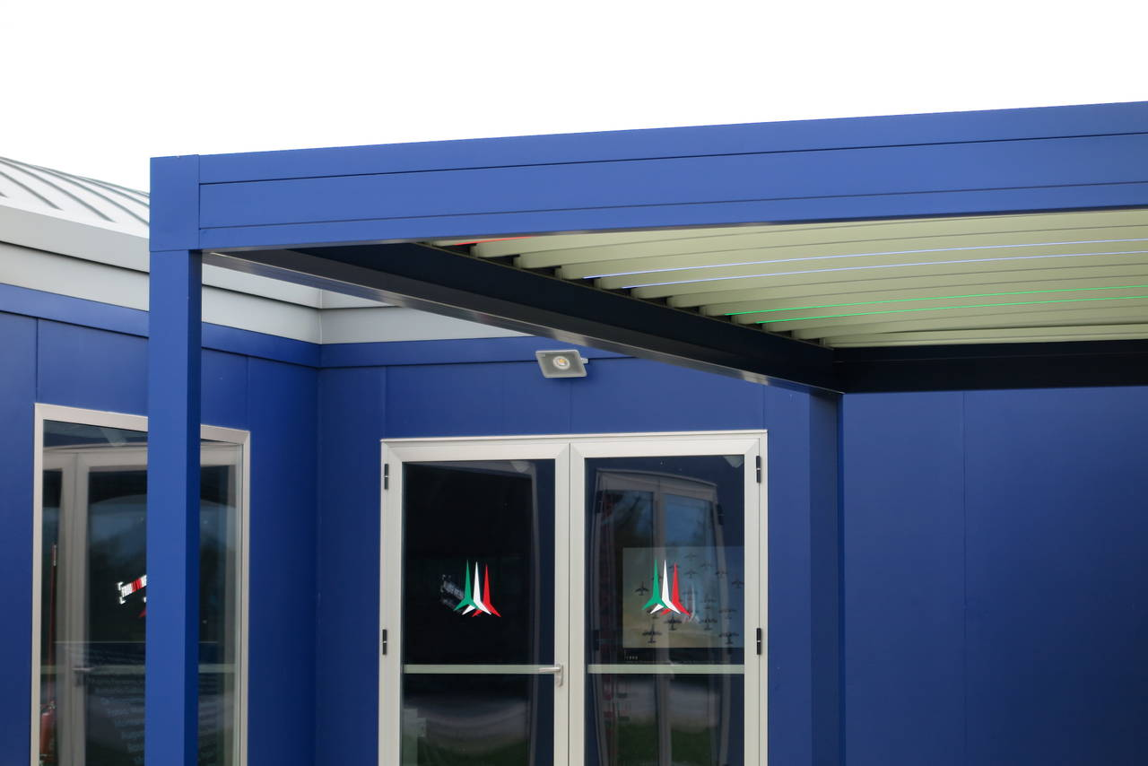 Funzionalità e massima personalizzazione per le pergole blu con illuminazione tricolore fornite da Pratic
