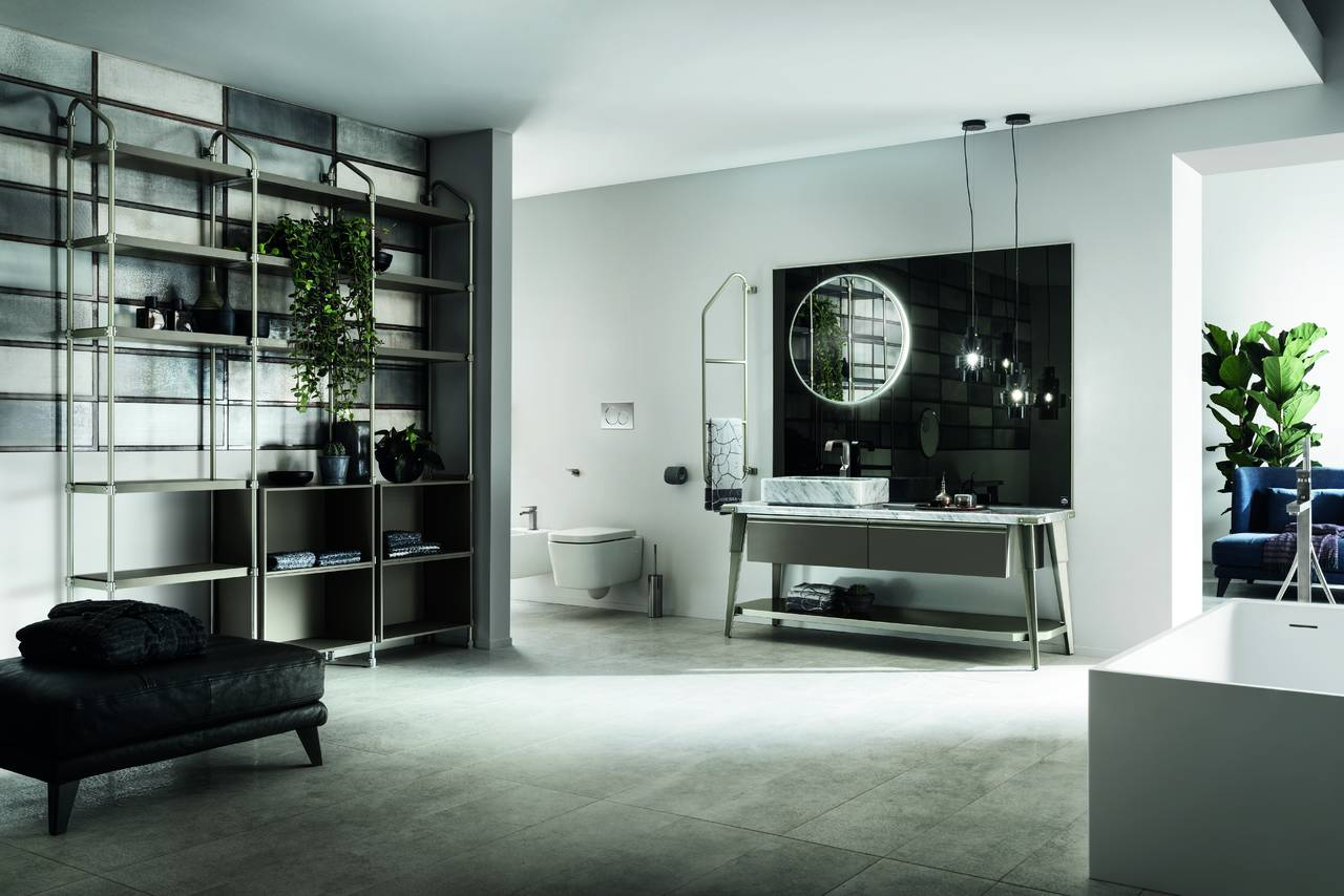 Diesel Open Workshop: la cromia dominante, scelto per questo ambiente bagno, è il grigio. Un'elegante tonalità che dal bianco striato del marmo incontra l'alluminio delle parti metalliche fino a raggiungere il grigio intenso del decorativo Soft Grey