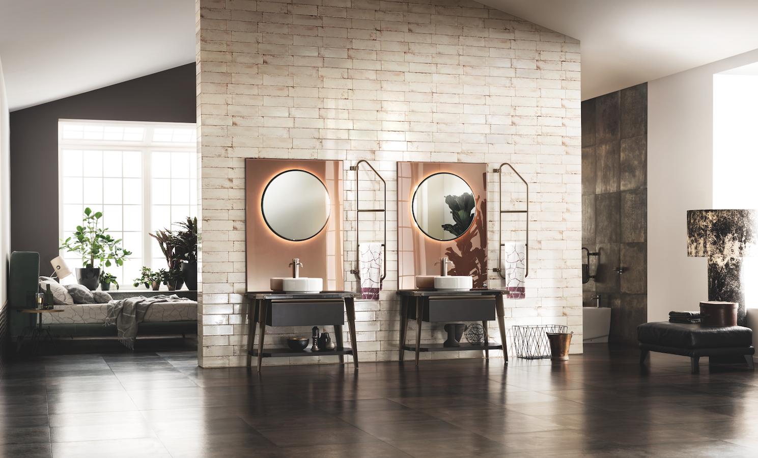 Una peculiarità del programma Diesel Open Workshop è rappresentata dai grandi pannelli a specchio Stopsol effetto rame che fungono da quinta al mobile bagno