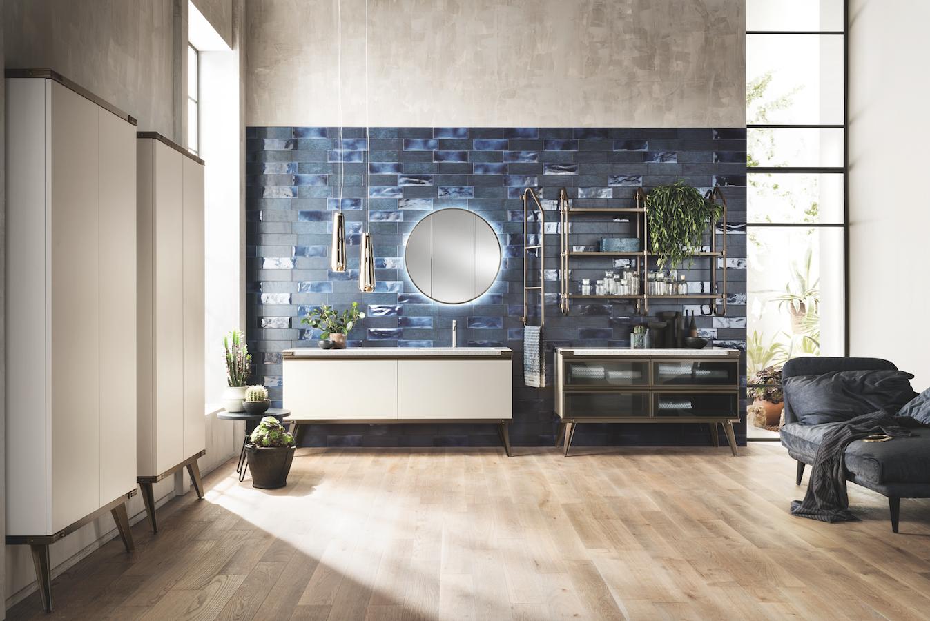 Un sistema di contenimento davvero ricco per l'ambiente bagno Diesel Open Workshop: coppia di armadi a parete con profondità 20 cm, presentati in finitura Soft Beige
