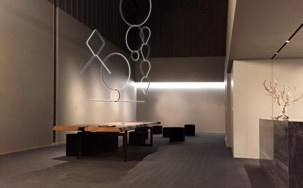 Installazione Arrangements, l'ultima creazione dell'artista e designer Michael Anastassiades